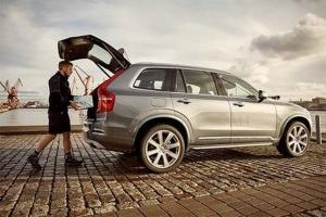 Volvon uusi sovellus tuo ostokset takakonttiin – Lähettiyrityksen työntekijä avaa auton lukituksen koodilla (800 x 534)