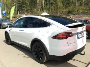 Asiantuntija: Teslan autopilotti voi olla pyöräilijöille hengenvaarallinen -
