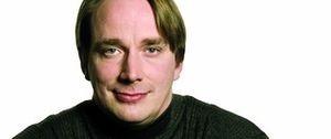 Tuittupäinen L. Torvalds käyttää työssään pistoolia ja käsirautoja (300 x 126)
