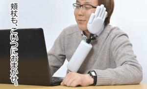 Japanilaiset keksivät ylimääräisen käden, johon voit nojailla koneen ääressä (800 x 488)