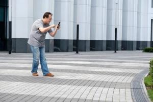 Kännykän käytöstä kävellessä voi napsahtaa pian jopa 99 dollaria sakkoa (800 x 534)